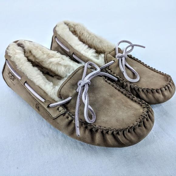 3fd5fd5e627 Ugg Dakota Sheepskin Flat Mocassin Slippers Sz 6
